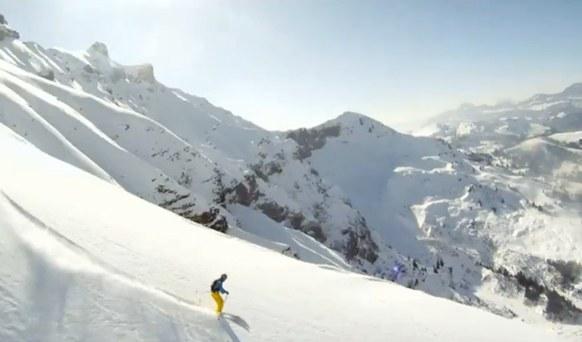 นักเล่นสกีบินสูงถล่มหิมะถล่มที่มนุษย์สร้างขึ้น